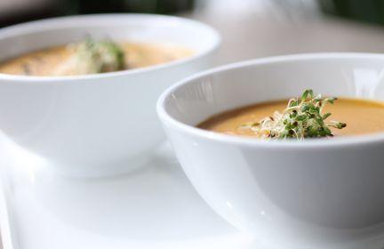 Zupa z selera z natką pietruszki i orzechami