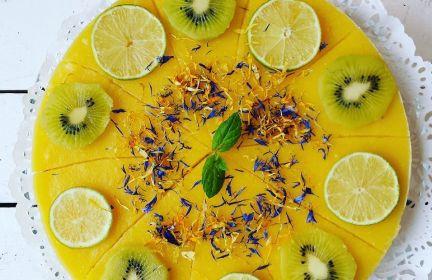 Sernik z kaszy jaglanej z mango.