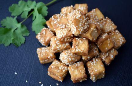 Tofu w sezamie z marchewką i brokułem